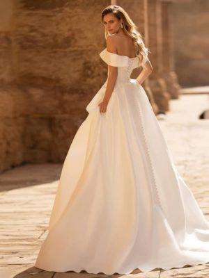Vestido novia línea A satén hombros caídos cola barrida